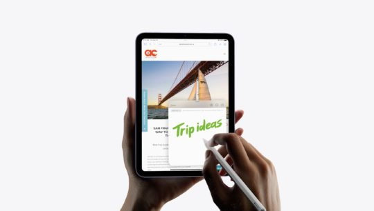 The 2021 iPad mini and the Apple Pencil 2 being used to take a Quick Note in iPadOS 15.